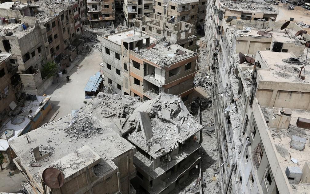Vista da cidade de Duma, na Síria, na terça-feira (17) (Foto: Stringer/AP)