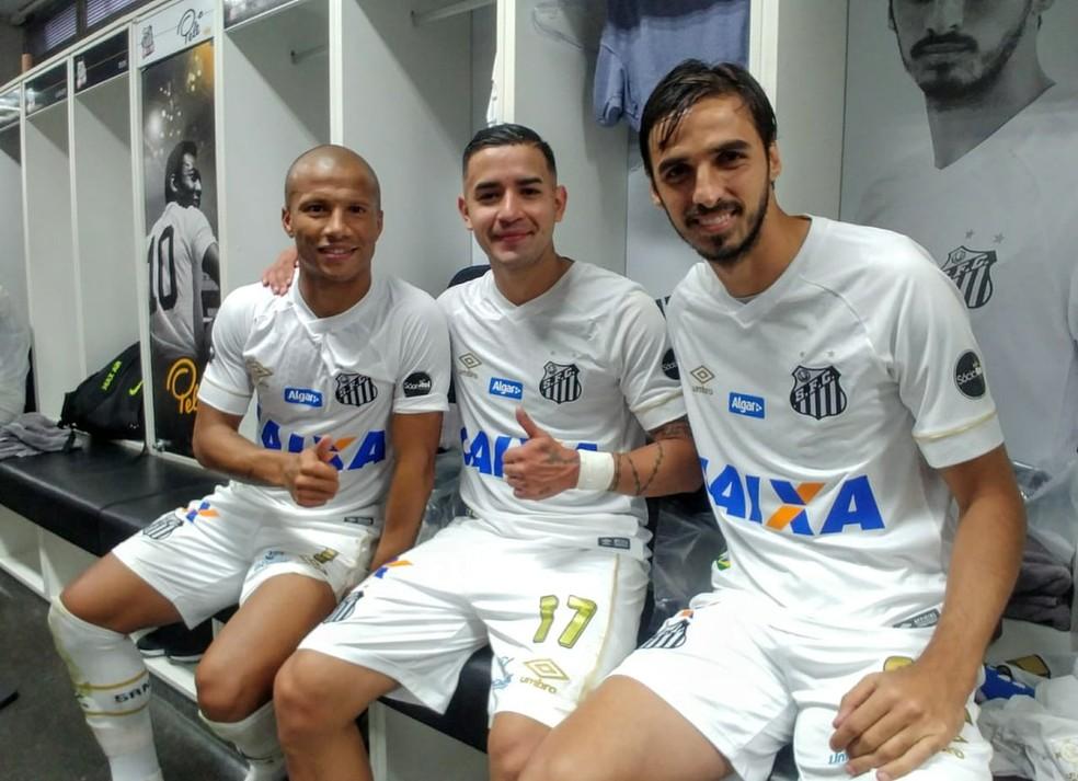Carlos Sánchez, Derlis González e Bryan Ruiz após vitória do Santos contra o Sport (Foto: Divulgação/Santos FC)