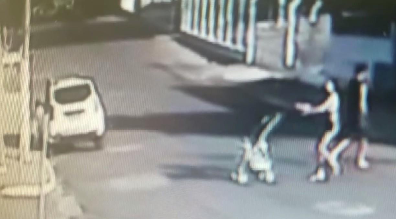Mãe que soltou carrinho e deixou bebê cair em calçada é denunciada por lesão corporal por violência doméstica