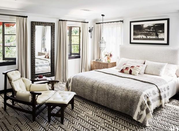 As texturas nas colchas da cama e na cadeira deixam o quarto mais aconchegante (Foto: Douglas Friedman/ Reprodução)