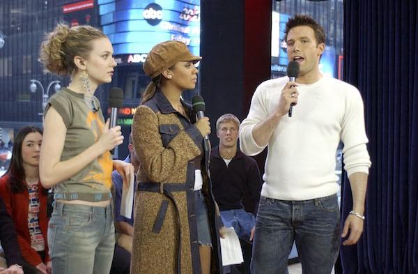 A atriz Hilarie Burton, uma colega apresentadora e o ator Ben Affleck no programa em 2003 no qual o astro assediou Burton (Foto: Getty Images)