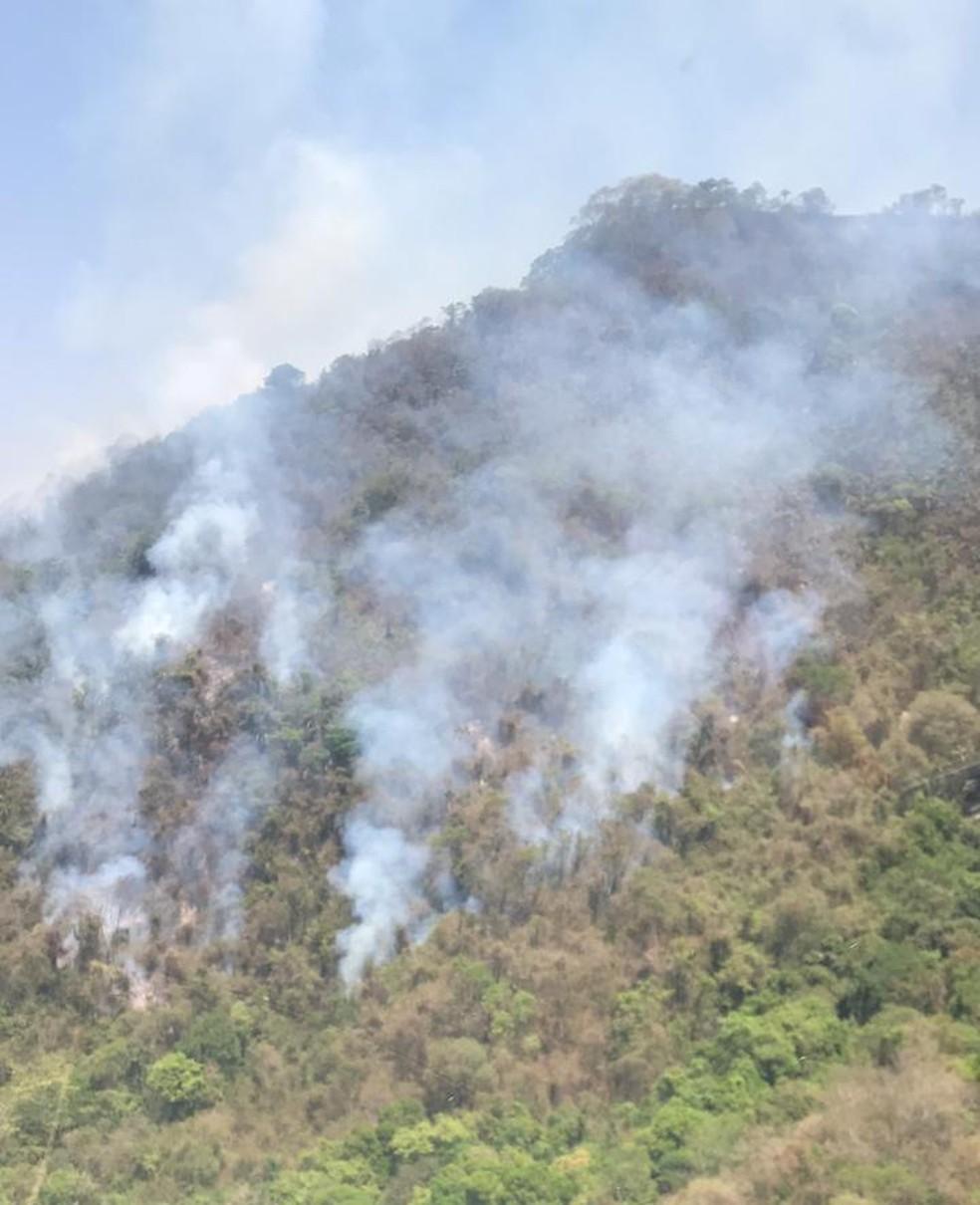 Combate ao fogo tem sido feito com apoio de equipes de Bauru e Piracicaba — Foto: Divulgação/ Base de Aviação da Polícia Militar de Piracicaba