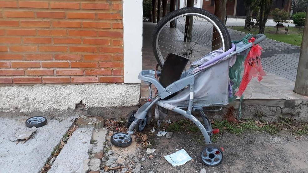 Carrinho e roda de bicicleta ficaram na rodovia — Foto: Jeferson Ageitos/RBS TV
