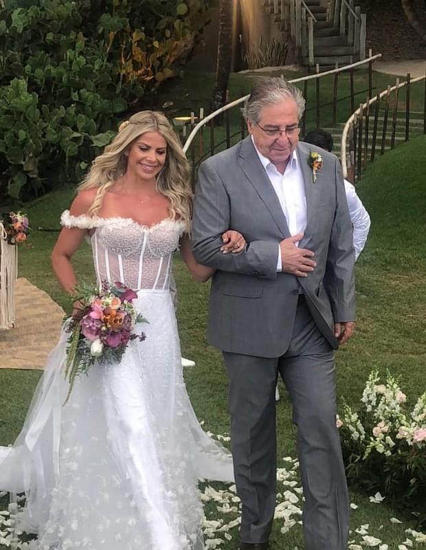 Karina Bacchi entra com o pai (Foto: Instagram)