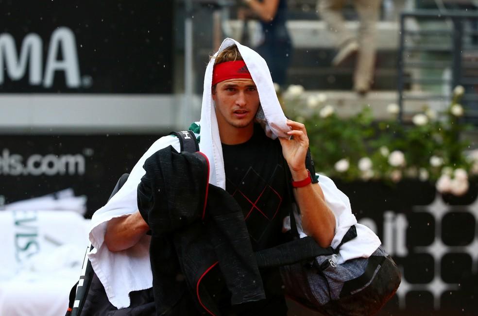 Alexander Zverev sai de quadra debaixo de chuva (Foto: REUTERS/Tony Gentile)