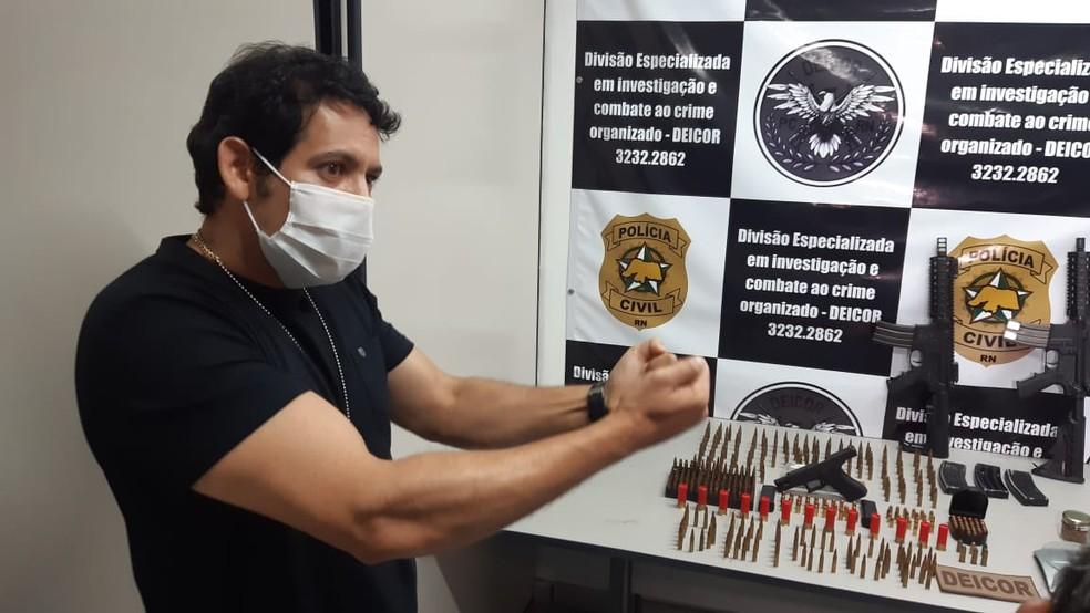 Delegado Erick Gomes, da Deicor, fala sobre apreensão de dois fuzis em São Pedro, no RN — Foto: Sérgio Henrique Santos/Inter TV Cabugi