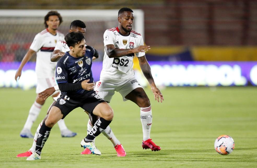 Gerson teve trabalho com o meio-campo do  Independiente del Valle — Foto: REUTERS/Daniel Tapia