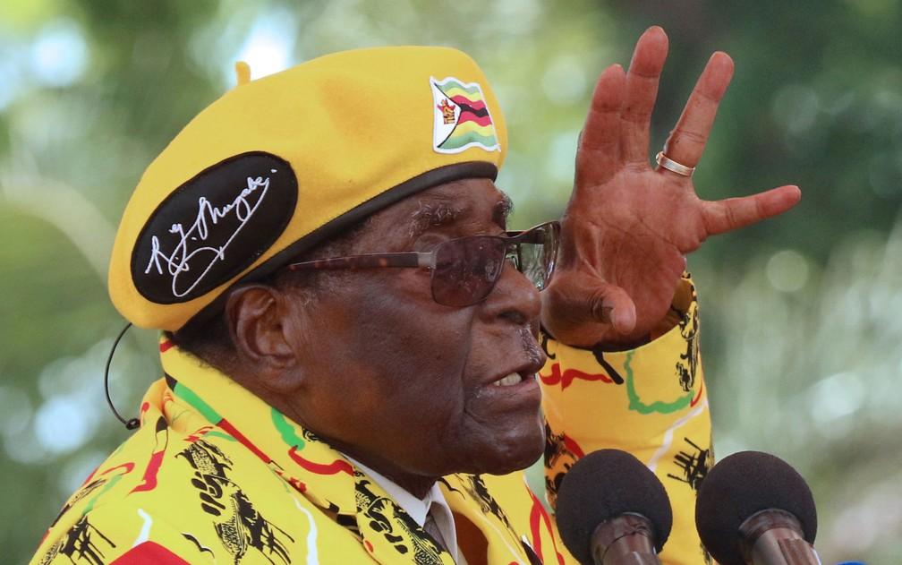 Mugabe durante comício em Harare em 8 de novembro — Foto: Philimon Bulawayo / Reuters