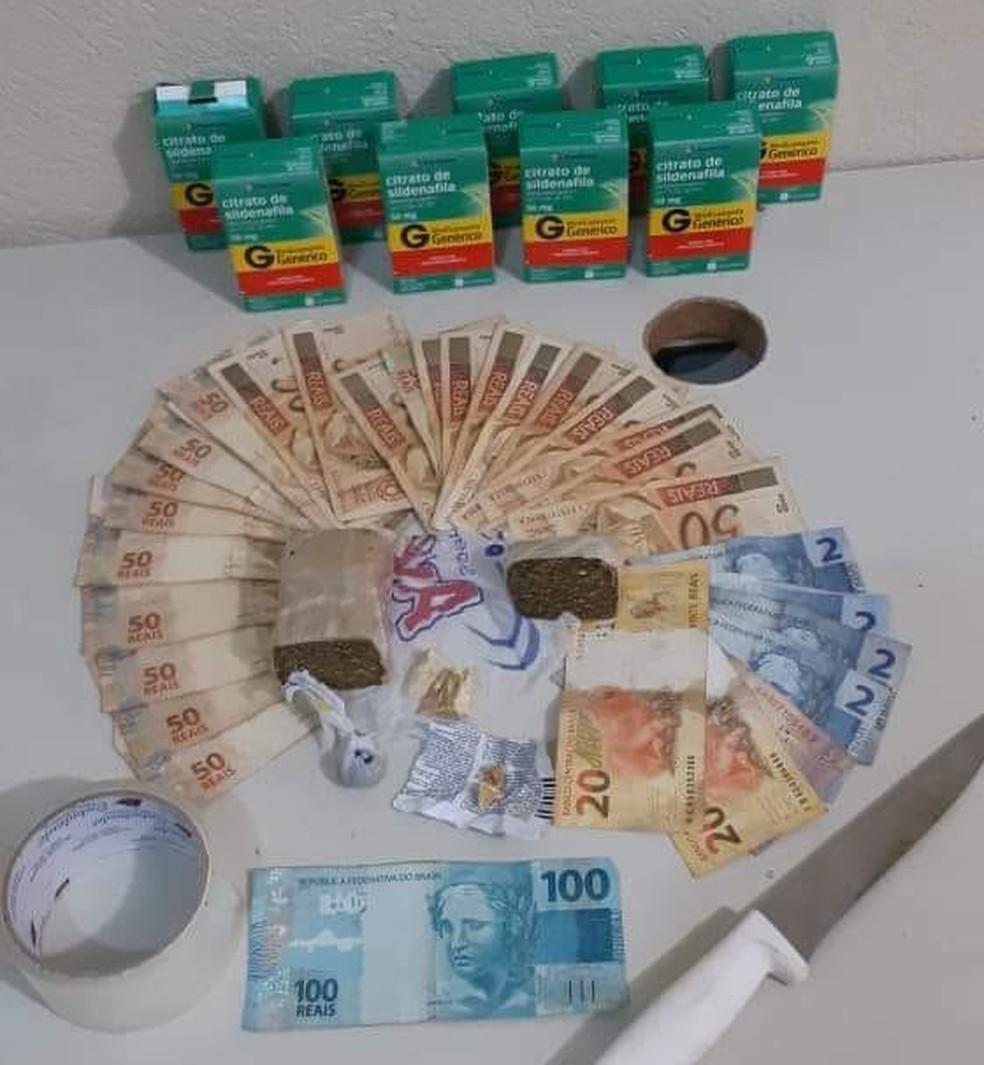 Droga, dinheiro e medicamentos foram apreendidos com os autores (Foto: Polícia Militar/Divulgação)