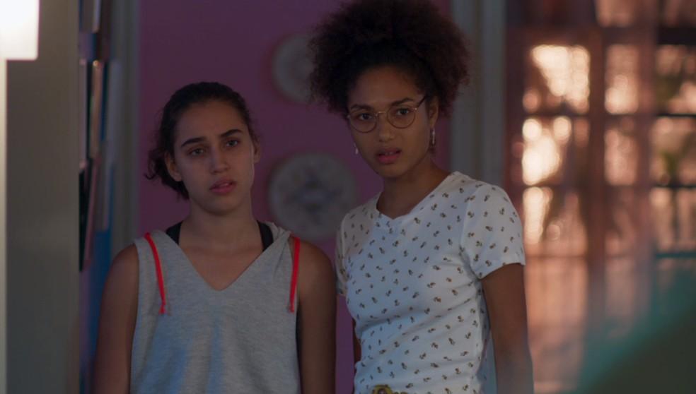 Gabriela (Giovanna Coimbra) e Alice (Bruna Inocencio) não gostam de encontrar Marcos (Romulo Estrela) — Foto: TV Globo