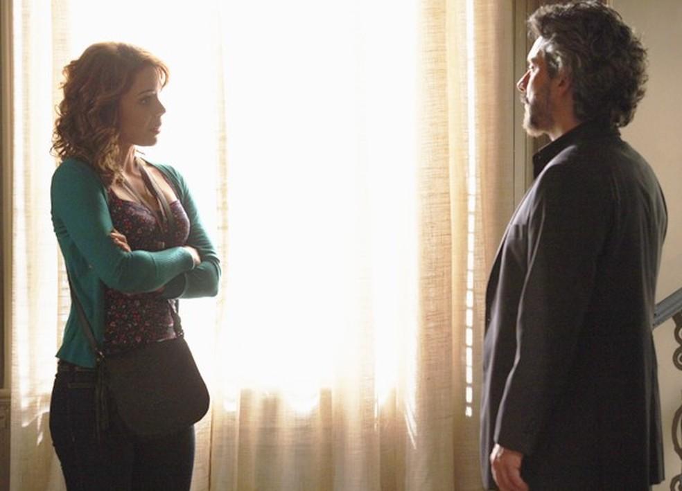 José Alfredo (Alexandre Nero) fica surpreso ao saber que Cristina (Leandra Leal) vai devolver dinheiro a Maria Marta (Lilia Cabral) - 'Império' — Foto: Globo