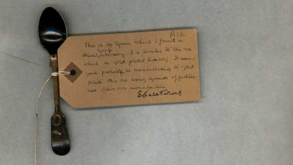 Mãe de Turing acredita que ele se envenenou acidentalmente enquanto banhava talheres a ouro.  (Foto: Universidade de Cambridge)