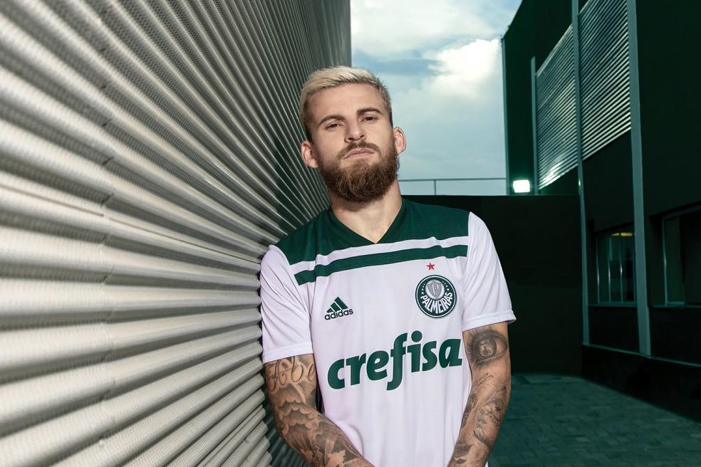 4329fa99a2 ... Lucas Lima posa com a camisa nova do Palmeiras — Foto: Divulgação