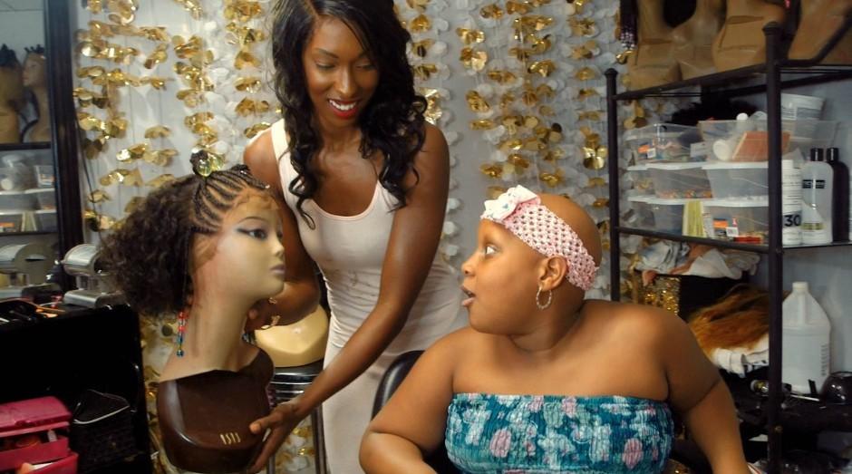 Quilla Bohannon, faz as perucas em seu salão em Georgia, EUA (Foto: Divulgação)