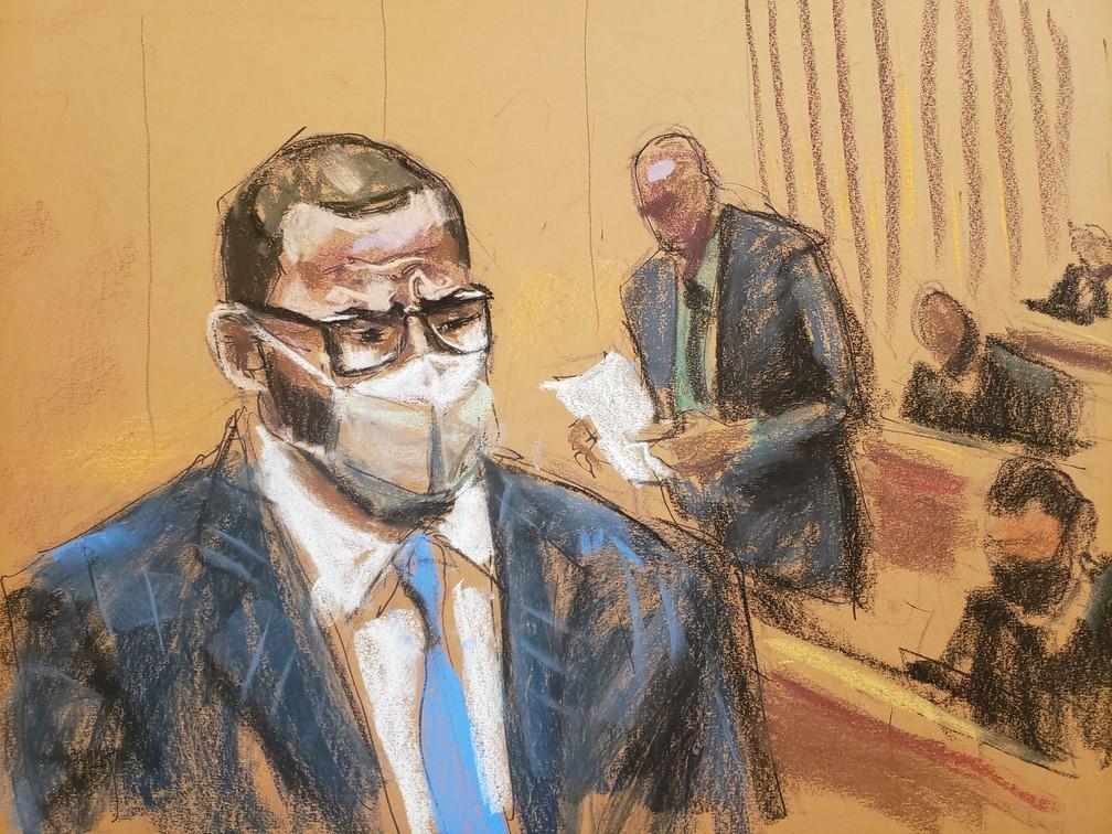 Ilustração mostra R. Kelly sentado, enquanto presidente dos jurados lê o veredito de culpado em julgamento nos EUA em 2021 — Foto: Jane Rosenberg/Reuters