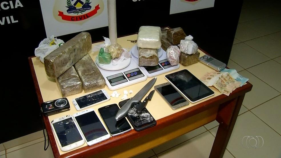 Polícia apreendeu vários celulares na casa de adolescente (Foto: Reprodução/TV Anhanguera)