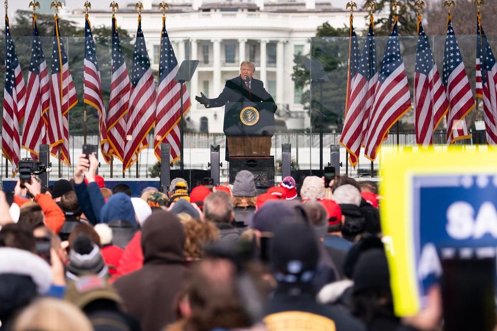 O presidente dos EUA, Donald Trump, discursa para apoiadores enquanto o Congresso se reúne para certificar a vitória de Biden — Foto: Evan Vucci/AP
