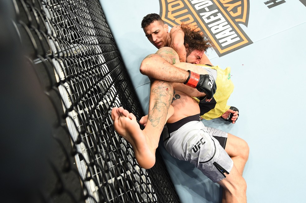 Charles do Bronx finaliza Clay Guida na guilhotina (Foto: Getty Images)