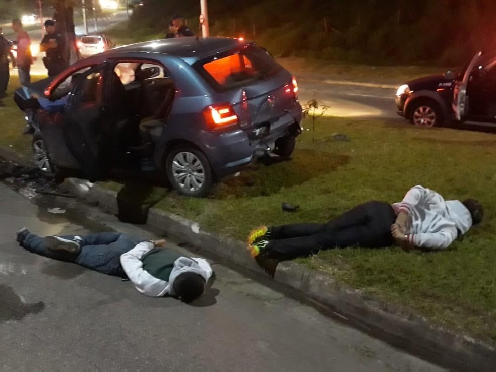 Suspeitos que estavam com carro furtado foram presos após acidente em Jundiaí — Foto: Guarda Municipal de Jundiaí/Divulgação
