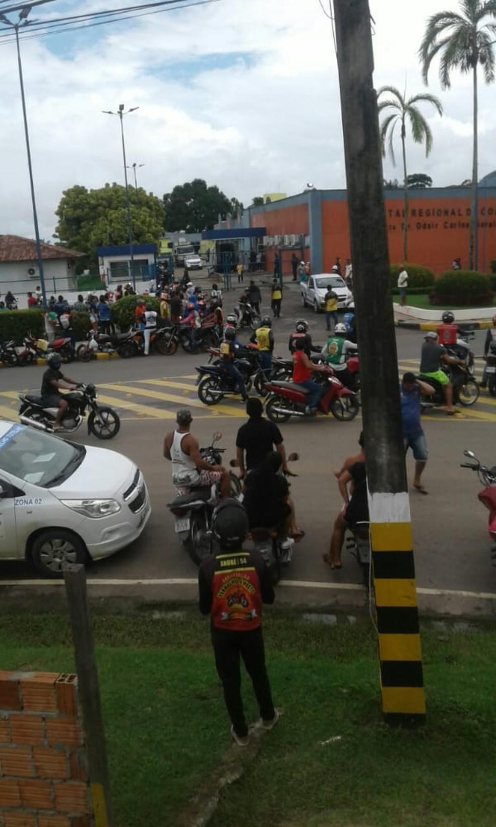 Protesto em Coari, após a morte dos pacientes — Foto: Severo Junior/Arquivo Pessoal