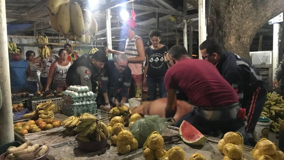 Comerciante foi baleado na cabeça, na Feira de Oitizeiro, em João Pessoa (Foto: Walter Paparazzo/G1)