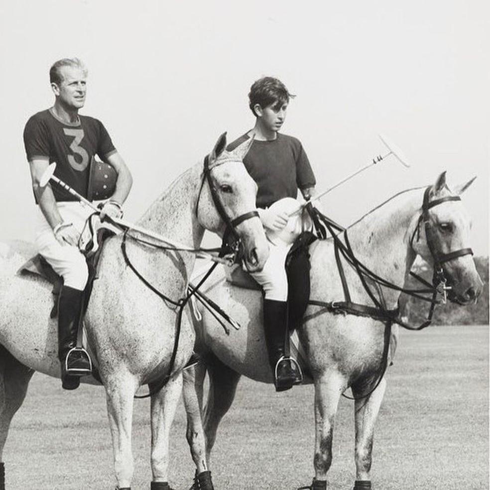 Príncipe Philip e príncipe Charles montam à cavalo em foto sem data — Foto: Família Real/Arquivo Pessoal