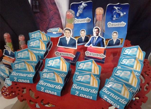 Carlos Tramontina e César Tralli decoram embalagens de docinhos de aniversário de Bernardo (Foto: Reprodução/Twitter)