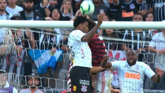 Gil, do Corinthians, leva quatro pontos no supercílio após dividida em jogo contra o Flamengo
