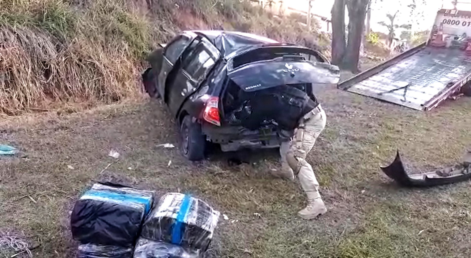 Homem é preso com 50 quilos de maconha após capotar carro durante fuga na Via Dutra