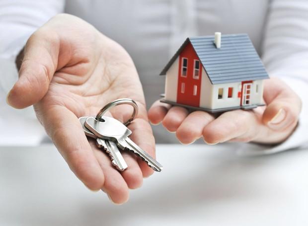 Vai alugar um imóvel? Saiba que você precisa ser maior de idade e deve apresentar na imobiliária o RG, o CPF e comprovantes de residência e renda (Foto: Thinkstock)