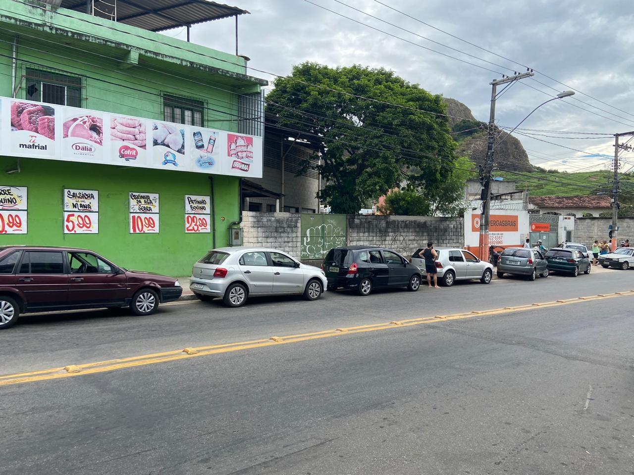 Distribuidora de gás de cozinha faz 'drive-thru' de botijões para evitar aglomeração, em Vitória