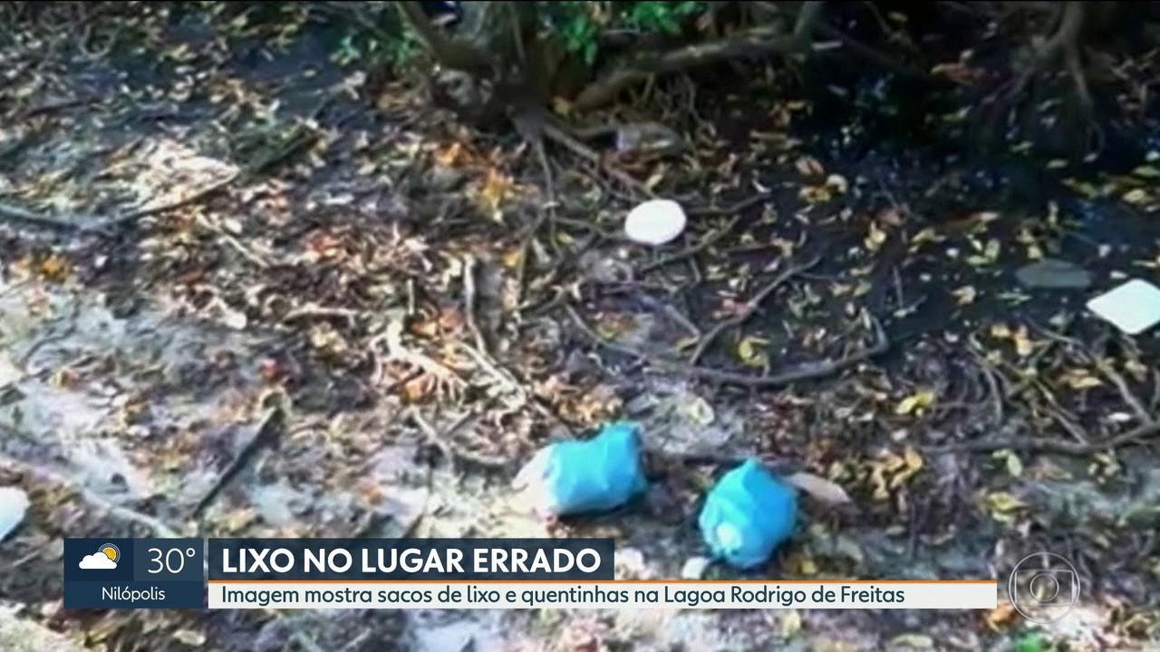 Imagem mostra sacolas de lixo jogadas as margens da Lagoa Rodrigo de Freitas