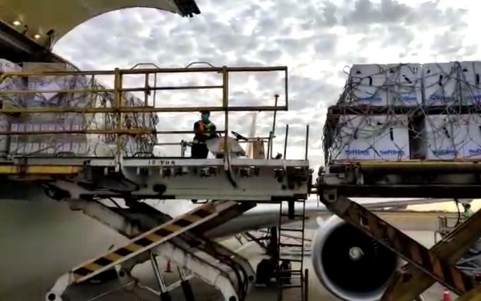 Avião chega ao Brasil por Viracopos com mais 1.053.000 vacinas da Pfizer contra a Covid-19 — Foto: UPS/ALF TV VCP