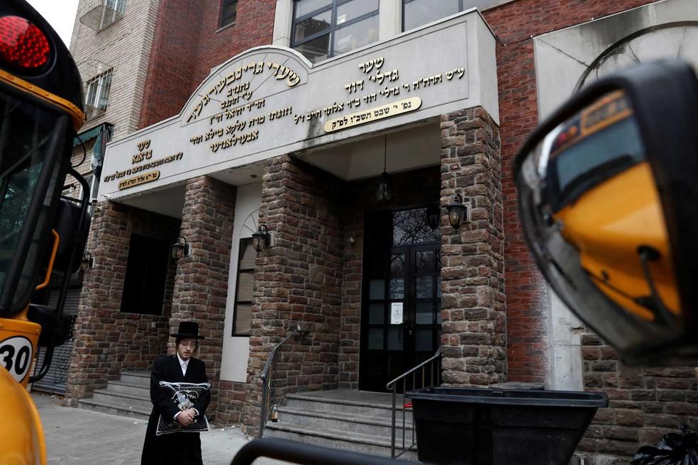 Homem passa perto de escola judaica no Brooklyn, em Nova York. — Foto: Shannon Stapleton/Reuters