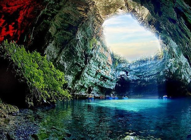 Caverna Melissani, Kefalonia, Grécia – Sem dúvida, um dos lugares mais bonitos do planeta para visitar. Com água limpa e formação rochosa surpreendente, as lendas locais dizem que esta região é protegida pelos deuses gregos e é para poucas pessoas (Foto: Reprodução/BlogBlux)