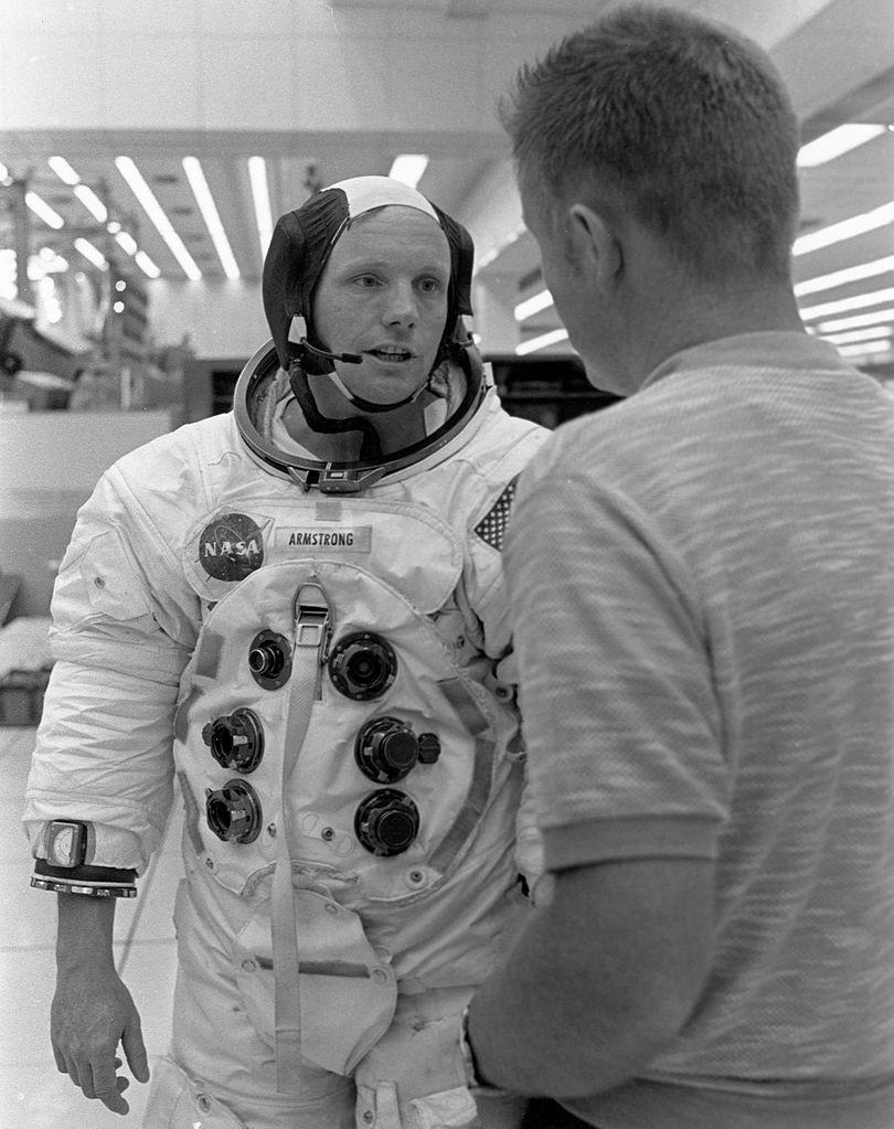 Neil Armstrong com a roupa de astronauta (Foto: NASA/Wikimedia Commons)