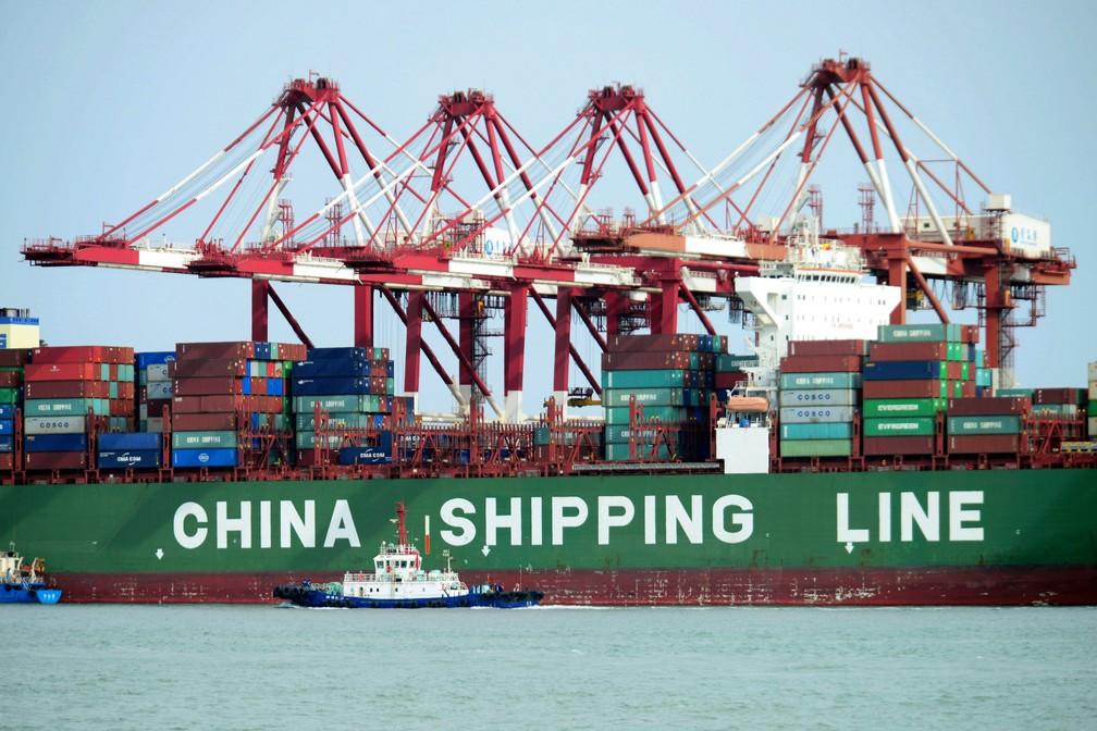 Navios com carga no porto de Qingdao, na China. (Foto: Chinatopix/AP)