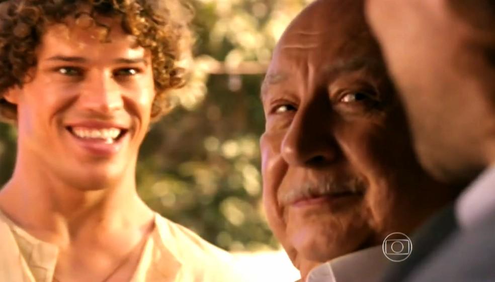 Candinho (José Loreto) fica radiante quando vê Dionísio (Sérgio Mamberti) no sítio - 'Flor do Caribe' — Foto: Globo