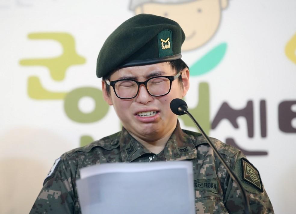 Byun Hee-soo lê um depoimento no dia 22 de janeiro de 2020 — Foto: Yonhap / AFP