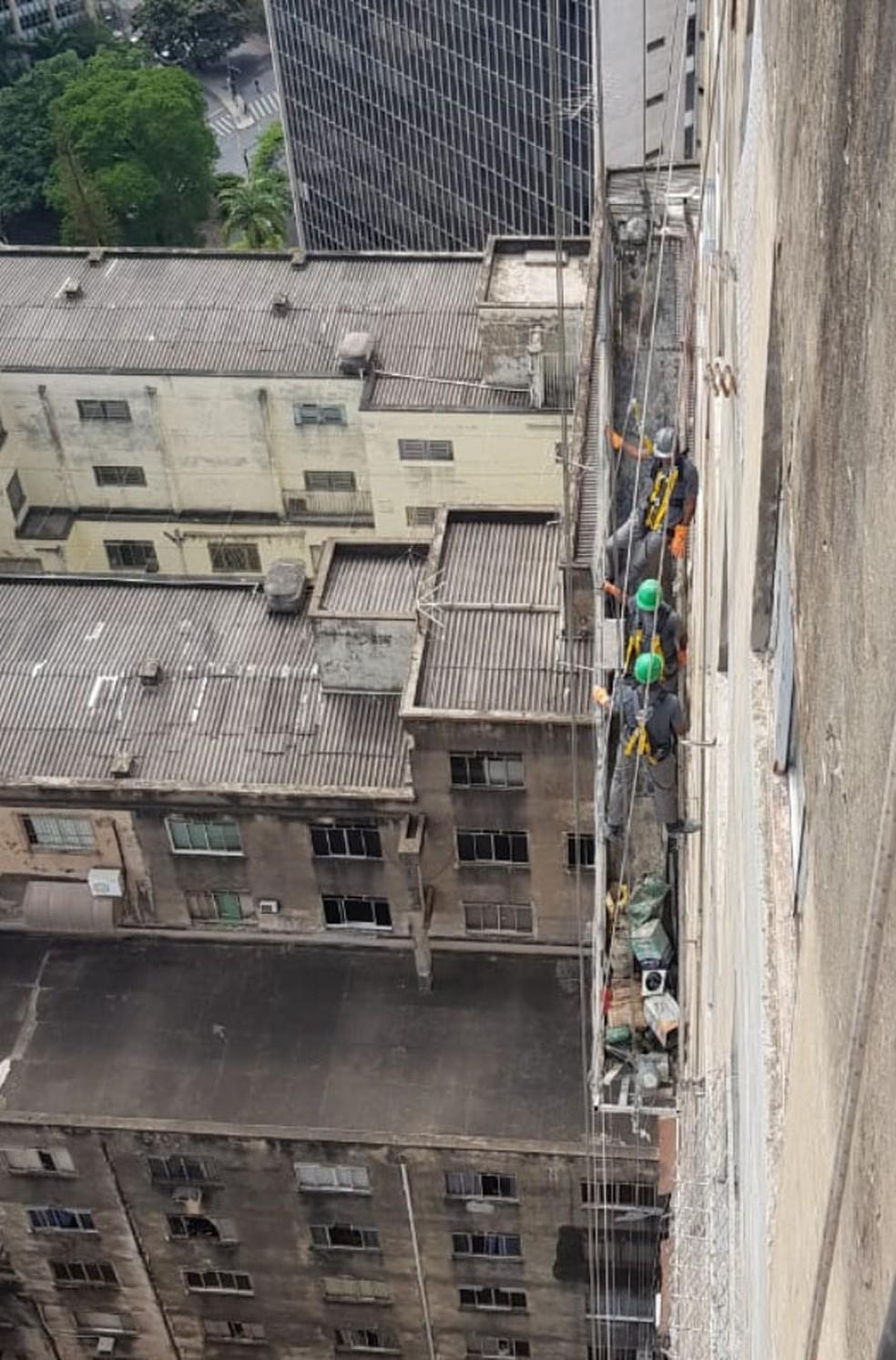 Os três homens estavam há quase 50 metros de altura. — Foto: MAB/Divulgação