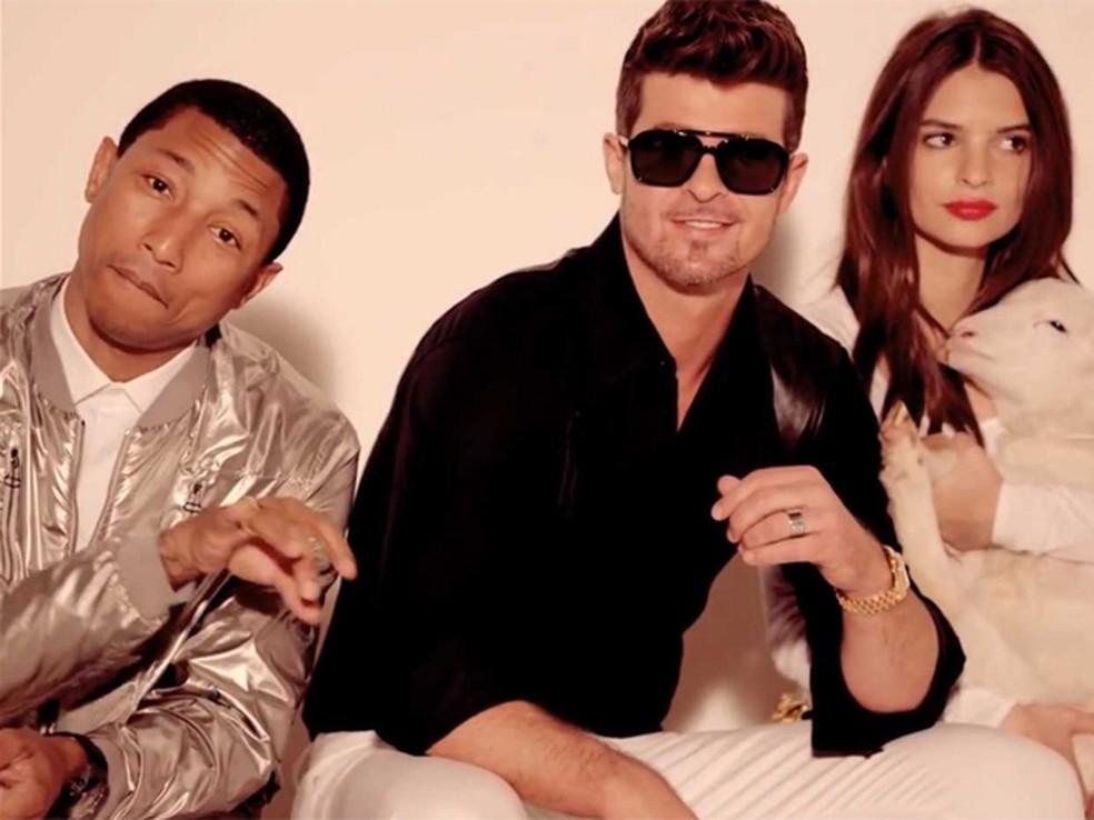 Pharrell, Robin Thicke e a modelo Emily Ratajkowski no clipe de 'Blurred lines' — Foto: Divulgação