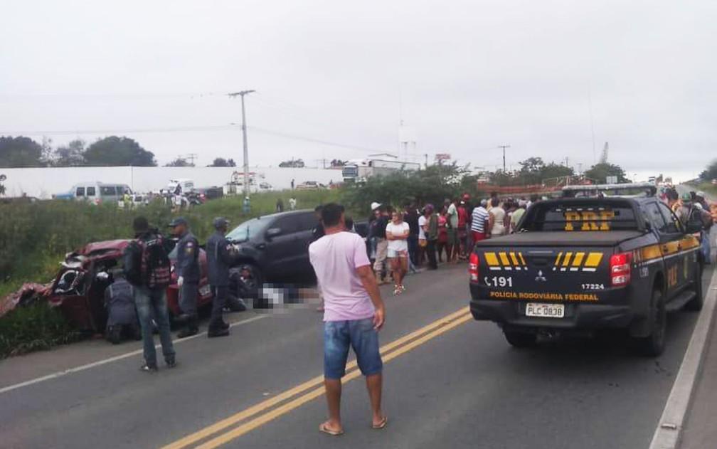 Dois morrem em acidente com caminhão e dois carros na BR-101, na Bahia — Foto: Fábio Santos/Voz da Bahia