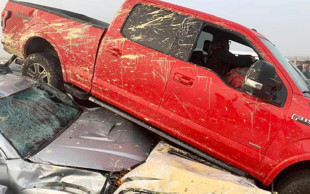 Carros empilhados são vistos em local de acidente na Interstate 64, no condado de York, em Virginia, nos EUA, no domingo (22) — Foto: Ivan Levy via AP