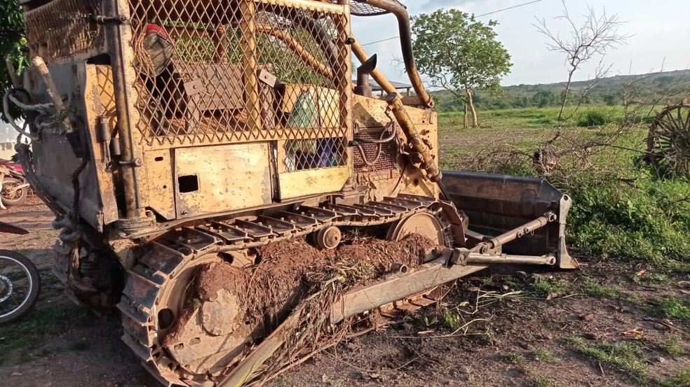 Trator é destruído por indígenas no Pará. — Foto: Reprodução / TV Liberal