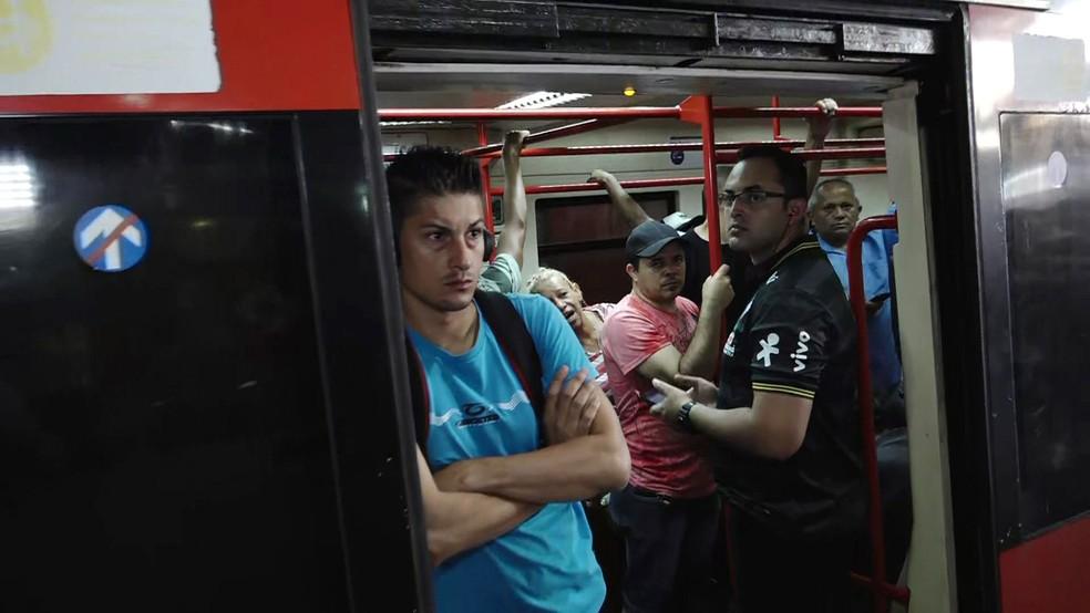 Passageiros ficam parados após falha na Linha 12-Safira da CPTM em abril deste ano — Foto: Reprodução TV Globo