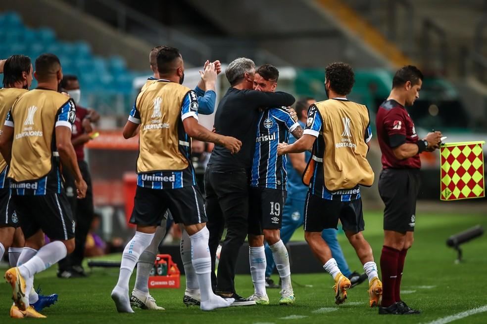 Renato abraça Ferreira após primeiro gol do Grêmio — Foto: Lucas Uebel/Grêmio FBPA