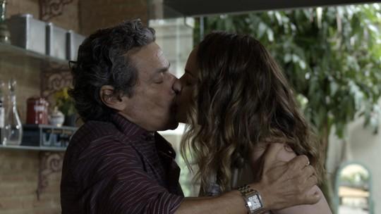 Rosa não resiste a beijo de Bento