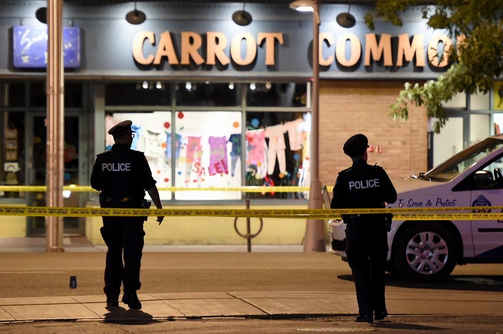Polícia isola área em que houve tiroteio na cidade de Toronto, no Canadá (Foto: Nathan Denette/The Canadian Press via AP)