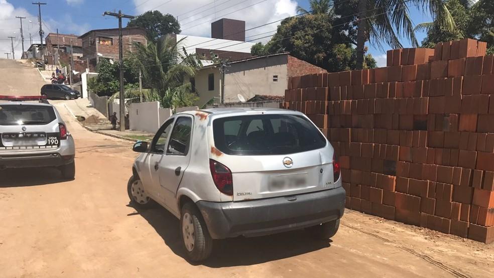 Carro usado no duplo homicídio de taxista e passageira foi apreendido com suspeito, no Cristo, em João Pessoa (Foto: Tenente Ianne Higino/Polícia Militar)