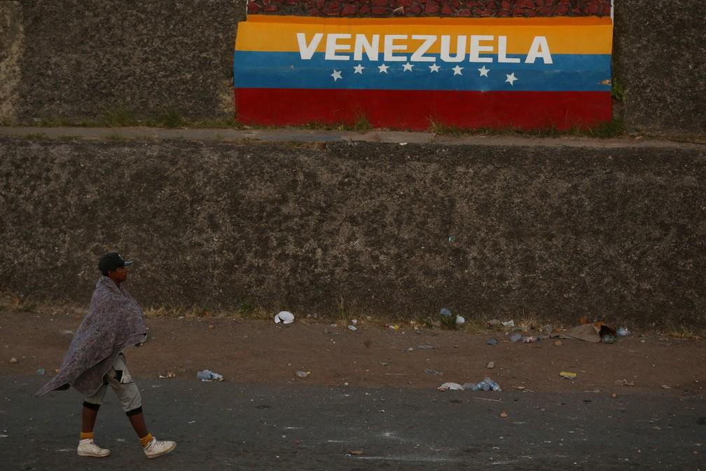 44698495790 Foto Homem anda na fronteira entre Brasil e Venezuela em Pacaraima (RR). —  Foto
